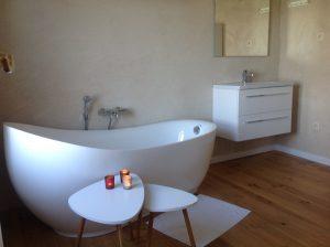 Badkamer met prachtig, modern bad